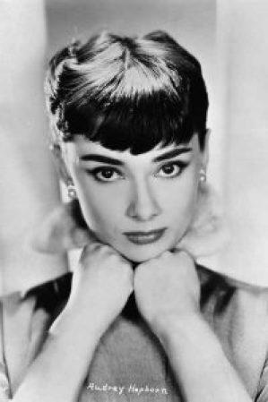 Audrey Hepburn trägt Perlen