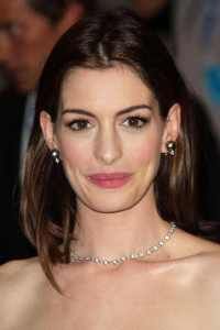 anne hathaway wearing black pearl earrings set
