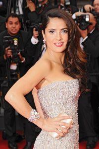 Salma hayek trägt ein Perlenarmband