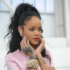 rihanna wearing large pearl earrings
