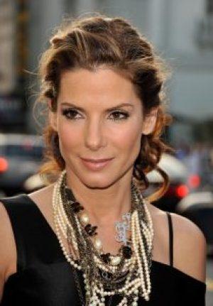 Sandra-Bulle trägt schunkelnde Perlenkette