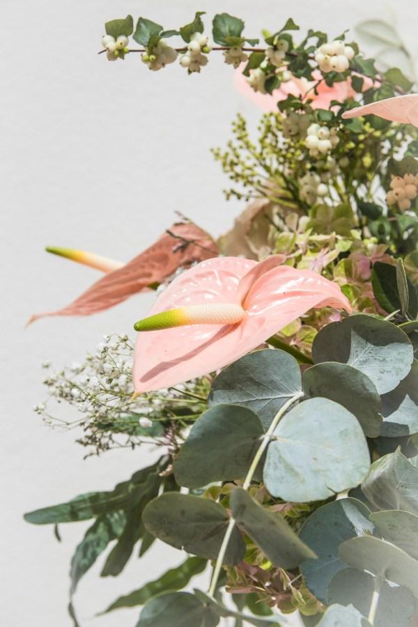 Copa de latón con flores
