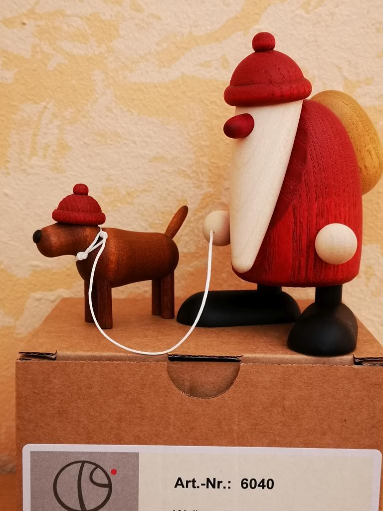 Weihnachtsmann mit Hund an der Leine