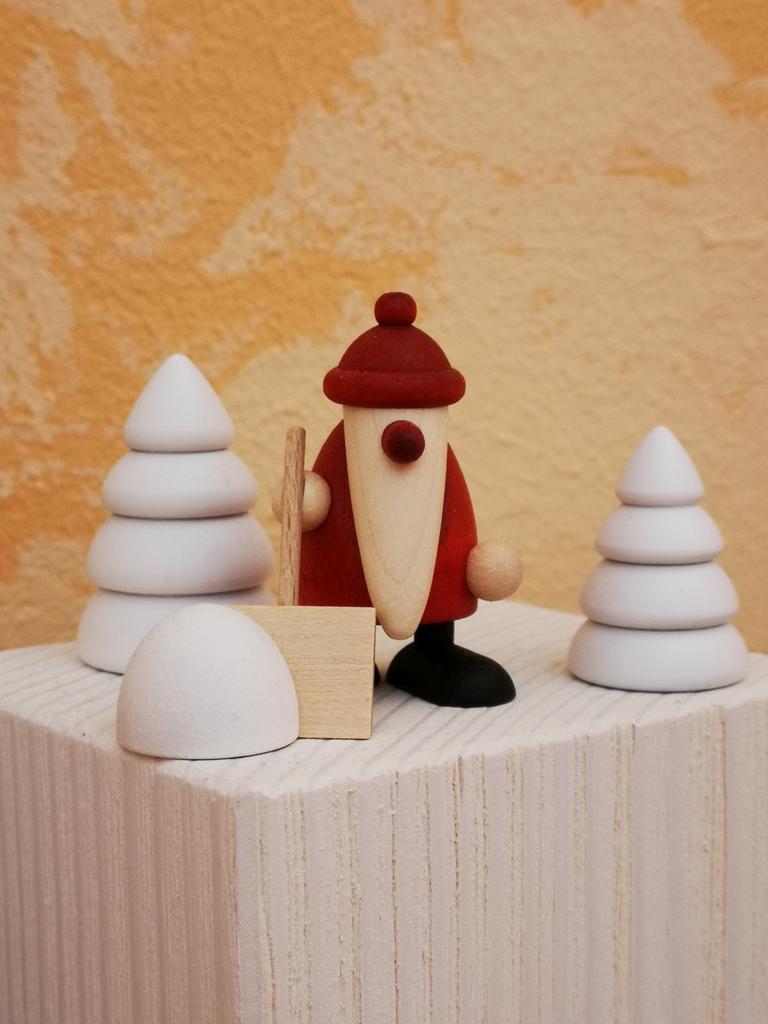 Weihnachtsmann mit Schneeschippe und 2 Winterbäumen (Miniaturset 4)