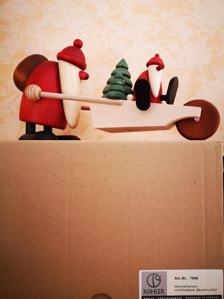 Weihnachtsmann mit Schubkarre Bäumen und Kind