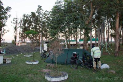 Primeira noite na Argentina, primeira noite acampando no posto de gasolina. Com direito a estrutura de camping!  Valeu hermanos!