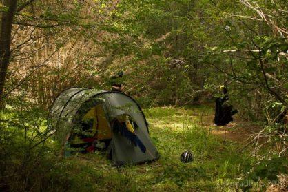 Camping selvagem ao lado do riacho de degelo
