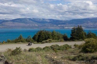 Ana pedalando ao lado do Lago Gen. Carrera