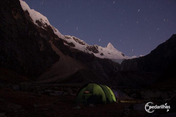 Um dos lugares mais lindos e selvagens que já tivemos o prazer de acampar. Alpamayo, estamos aos teus pés!