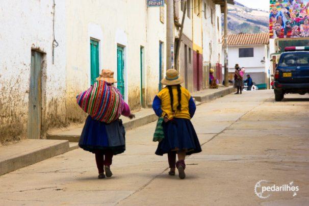 Ch-ch-cholitá-sssss! Em algum vilarejo tradicional, vou sentir falta dessas coloridas senhorinhas!