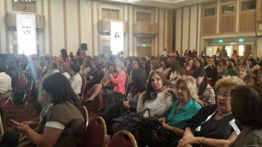 Un evento... ¡y rodeado de mujeres!