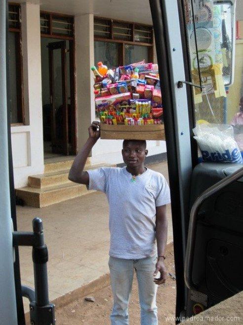 TANZANIA-Bus-vendedor