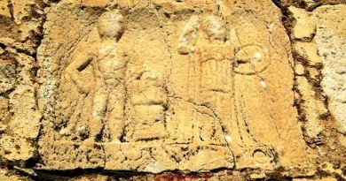 Мермерната плоча со Херакле и Атина
