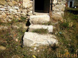 Скали од стари мермерни елемнти на помошна просторија