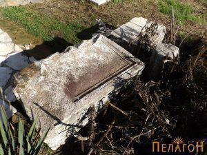"""Камени блокови со натписи кај црквата """"Св. Димитрија"""