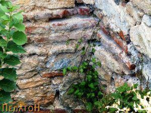Фрагмент од ѕид со камен и цигли