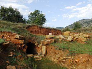 Пред влезот во гробницата