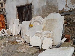Плочи со катписи во манастирксиот двор