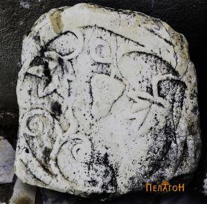 Плоча со релјефна претстава на винова лоза