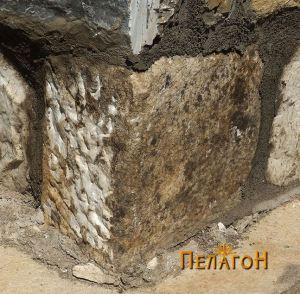 Мермерен блок на оаголот од северниот ѕид кај апсидата