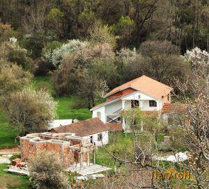 """Манастирот """"Св. Петка"""" со црквата во изградба"""