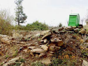 Видливи остатоци од ѕидот на старата градба