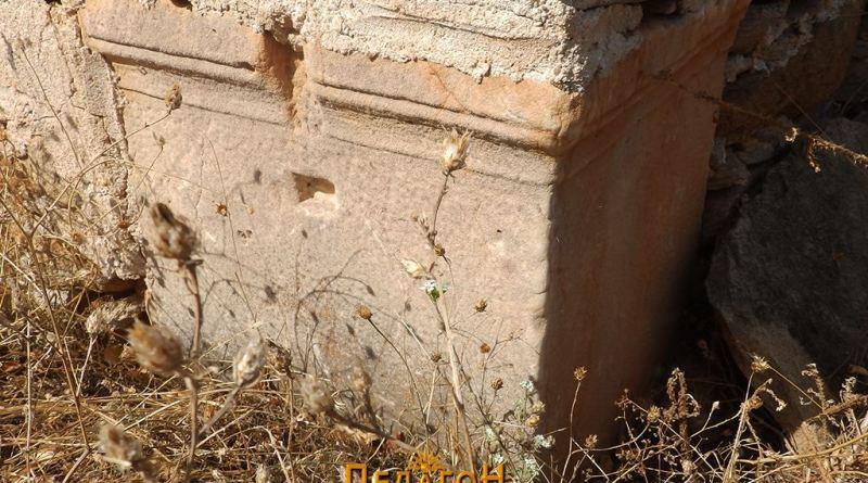 Мермерен елемент во еден од аглите на црквата