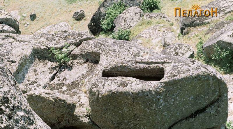Поглед на главниот ритуален простор - ритуално корито со влез и гроб - реципиент