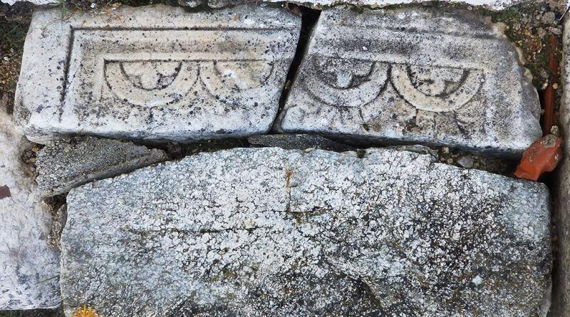 Фрагменти од парапетни плочи пред црквата