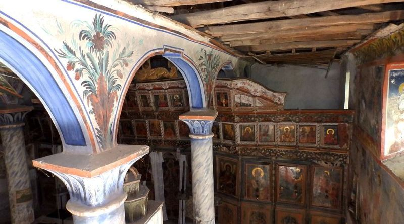 Два украсени столба и иконостасот