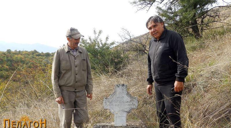 Двајца со потекло од селото (Киро и Борис Темоски) крај гробот на свој предок