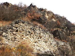 Остатоци од ѕидот на тврдината од јужната страна 3