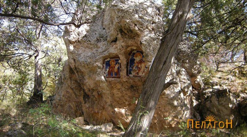 Лицето на култната карпа - западна страна