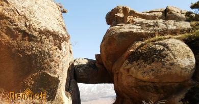 Камената порта од запад - со зооморфната форма (десно)