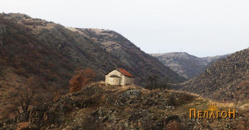 """Малата црква """"Св. Спас"""" на доминантна тумба"""