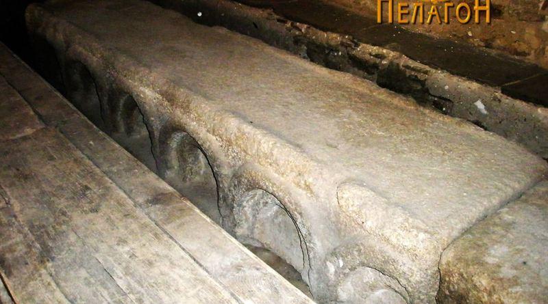Една од големите камени маси во трпезаријата