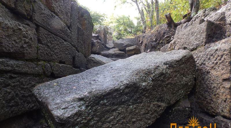 Голем блок од камен на скалите
