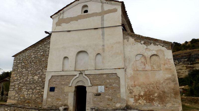 Црквата од запад - со делот со живопис