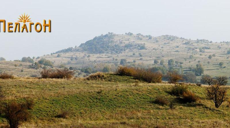 """""""Убава Глава"""" од југозапад со еден од бројните тумули во преден план"""
