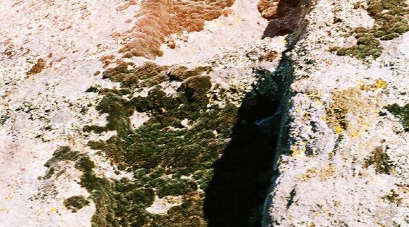 Врежување на една од карпите на работ од платото со тврдината