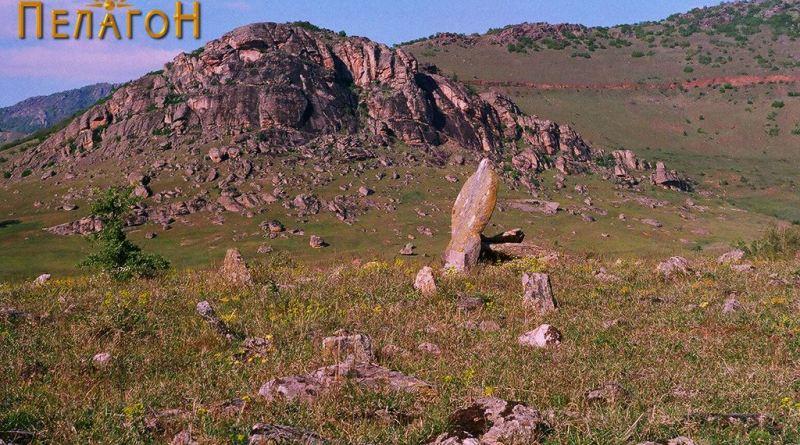 """Дел од некрополата од југ со карпата """"Црвеница"""""""