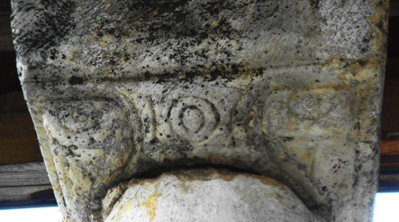 Капител на еден од столбовите во црковниот трем во манастирот