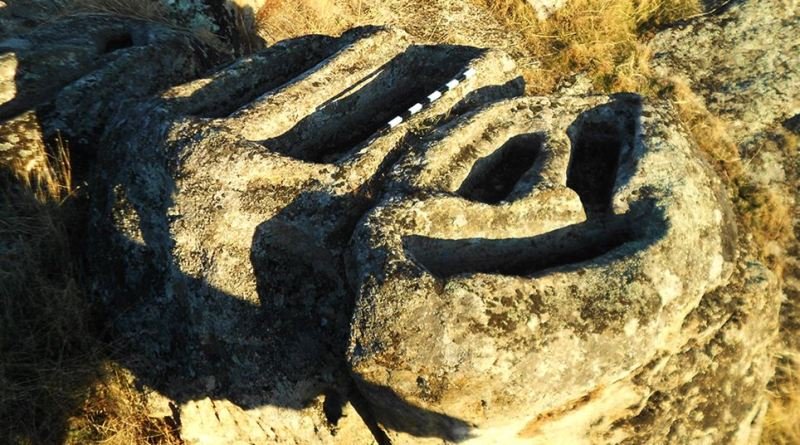 Дел од некрополата - птица од источната страна на карпата 2