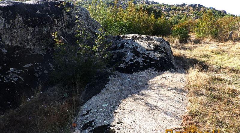 Просторот во објектот со плочестата карпа и жртвеникот