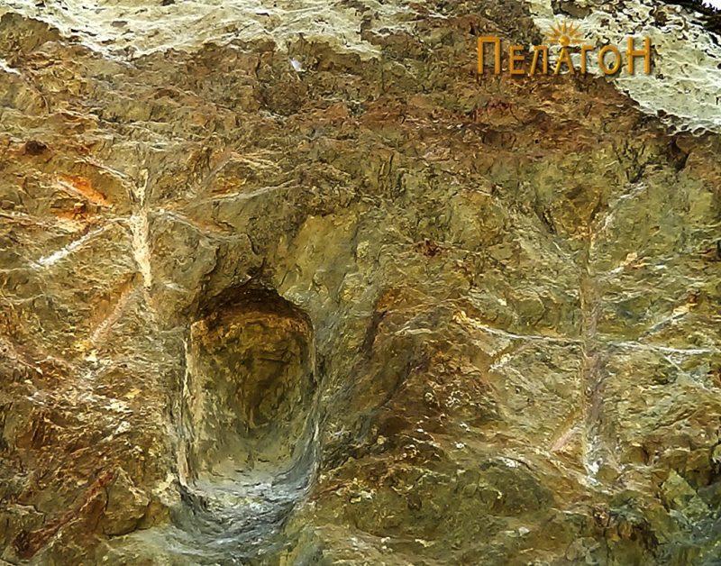 Двата крста и нишата во централниот дел на јужниот профил