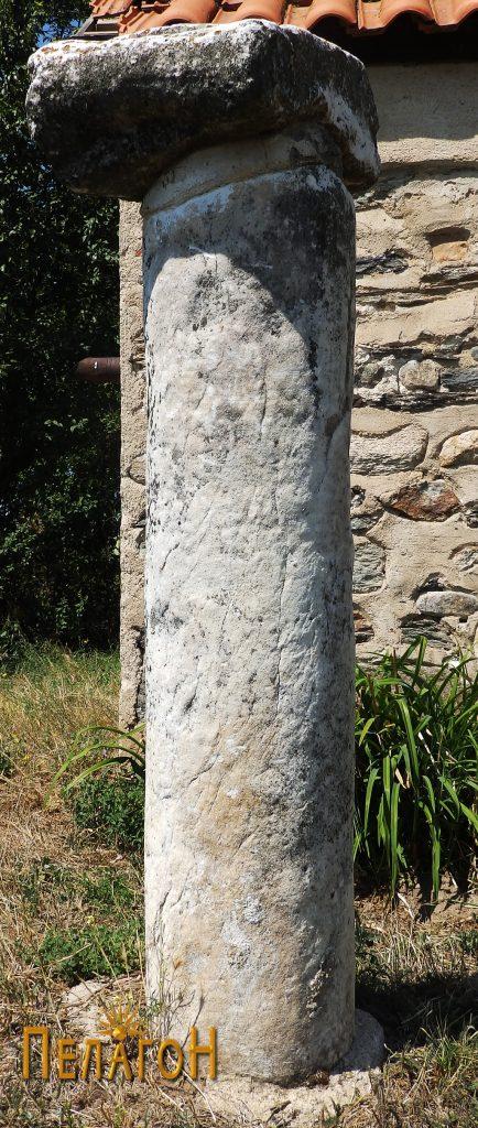 Мермерен столб со капител кај црквата 3