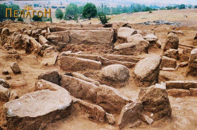 Помал број од гробовите во тумулот