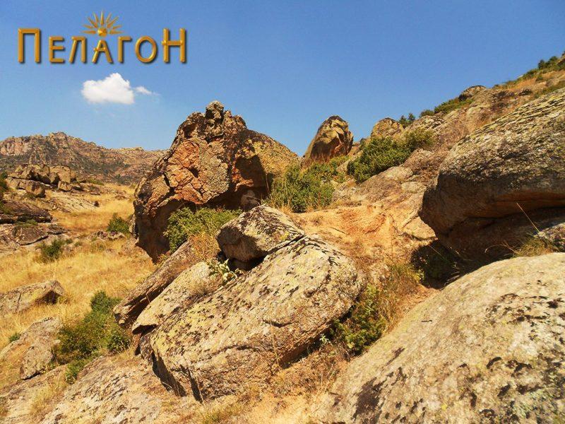Култната карпа од југоисток - со пошироката околина