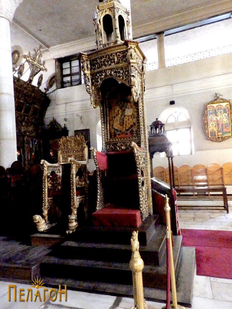 Светиот престол и уште еден помал престол со резба и позлата