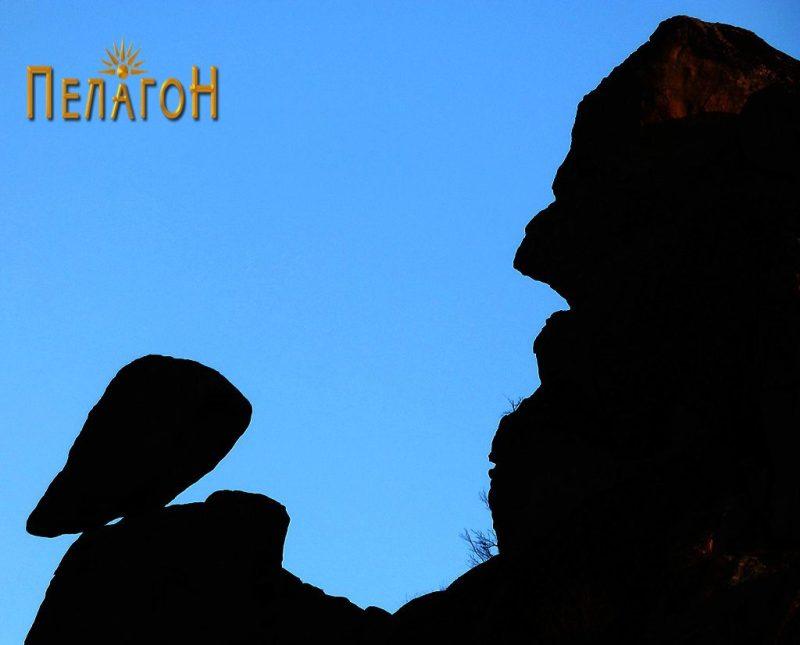 """Од врвот - """"комуникација"""" меѓу две камени фигури"""